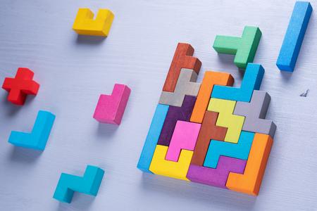 Das Konzept des logischen Denkens. Geometrische Formen in verschiedenen Farben, Draufsicht. Abstrakter Hintergrund. Standard-Bild