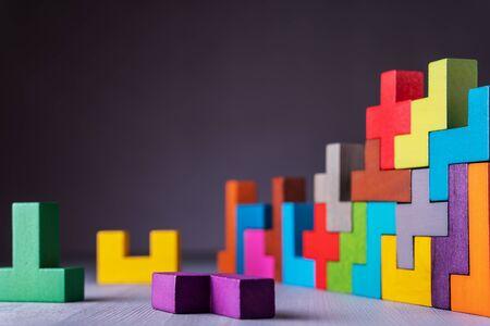 Le concept de pensée logique. Formes géométriques sur fond gris. Concept de construction d'entreprise.