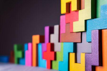 Das Konzept des logischen Denkens. Geometrische Formen auf grauem Hintergrund. Geschäftsgebäudekonzept. Standard-Bild