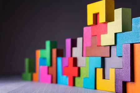 El concepto de pensamiento lógico. Formas geométricas sobre un fondo gris. Concepto de construcción empresarial.