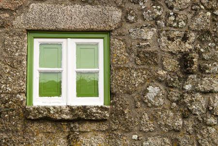fachadas de casa: Ventana verde de una antigua casa, Monsanto, Portugal