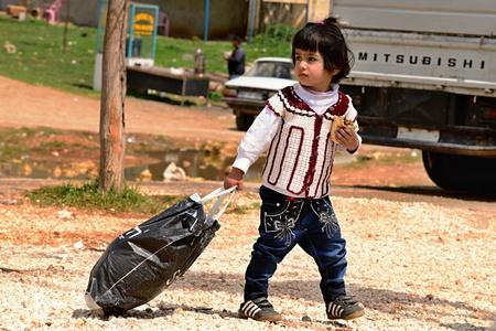 de nombreux enfants qui retournent dans Konbane avec leurs parents. 03/04/2015, Kobane, la Syrie