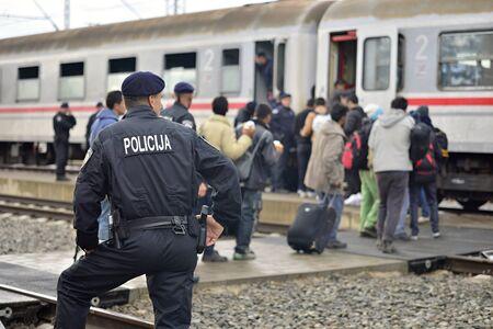 wojenne: 05 października 2015; Tovarnik w Chorwacji. Policja chorwackie pomagać uchodźcom dostać się do pociągu, który trafi na Węgry.