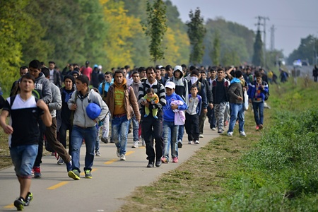 Octobre 6,2015; Hegyeshalom en Hongrie. Groupe des réfugiés quittant la Hongrie. Ils sont venus à Hegyeshalom en train et puis ils quitter la Hongrie et aller à l'Autriche puis en Allemagne. Beaucoup d'entre eux échappe à la maison à cause de la guerre civile. Éditoriale