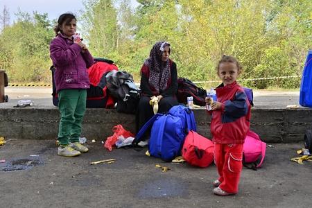 wojenne: Październik 6,2015; Hegyeshalom na Węgrzech. Grupa uchodźców opuszczających Węgry. Doszli do Hegyeshalom pociągiem a potem opuszcza Węgry i przejść do Austrii, a następnie do Niemiec. Wielu z nich ucieka z domu z powodu wojny domowej.