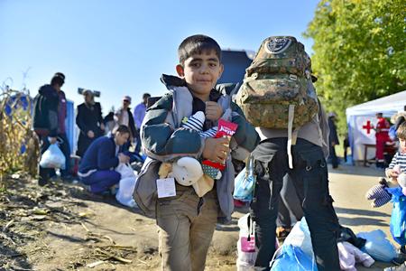 4 oktober 2015; Bapska in Servië. Groep vluchtelingen die Servië verlaten. Ze kwamen naar Bapska met bussen en vervolgens vertrokken ze Servië en gingen naar Kroatië en vervolgens naar Duitsland. Velen van hen ontsnappen uit huis vanwege een burgeroorlog.