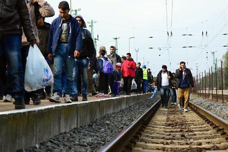Octubre 6,2015; Hegyeshalom en Hungría. Grupo de refugiados que salen de Hungría. Llegaron a Hegyeshalom en tren y luego dejando que Hungría y ir a Austria y luego a Alemania. Muchos de ellos se escapa de casa a causa de la guerra civil.