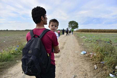 4 de octubre de, 2015; Sid en Serbia. Grupo de refugiados afganos que salen de Serbia. Llegaron a Sid en taxi y luego dejar ir a Serbia y Croacia y luego a Alemania. Muchos de ellos se escapa de casa a causa de la guerra civil. Editorial