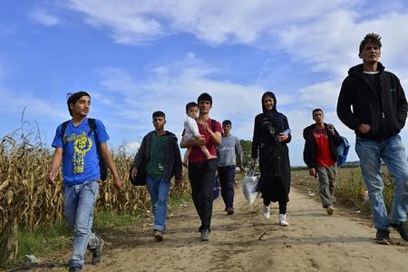4 de octubre de, 2015; Sid en Serbia. Grupo de refugiados afganos que salen de Serbia. Llegaron a Sid en taxi y luego dejar ir a Serbia y Croacia y luego a Alemania. Muchos de ellos se escapa de casa a causa de la guerra civil.