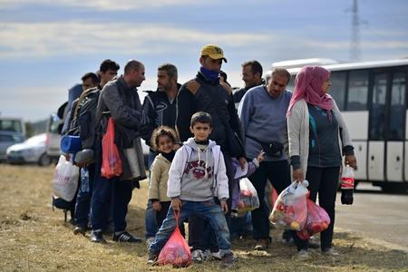 5 oktober 2015; Tovarnik in Kroatië. Kroatische politie te helpen vluchtelingen te krijgen in de trein die zal gaan naar Hongarije.
