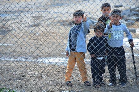 peuple syrien dans le camp de réfugiés de Suruc. Ces personnes sont des réfugiés de Kobane et ont échappé à cause de l'attaque islamique de l'Etat. 30/03/2015, Suruc, Turquie