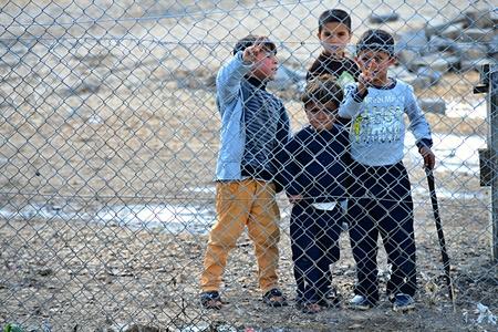 Syrische volk in vluchtelingenkamp in Suruc. Deze mensen zijn vluchtelingen uit Kobane en vluchtte vanwege de islamitische staat aanval. 2015/03/30, Suruc, Turkije Stockfoto - 53737635