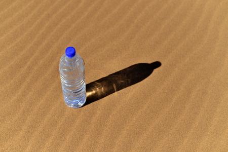 sediento: Botella de agua en el Sahara
