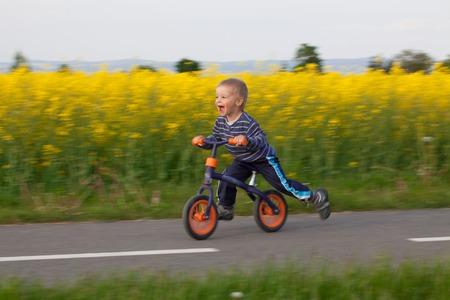 Il ragazzo sta imparando a guidare la bicicletta motion blur. Archivio Fotografico - 40809310