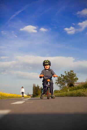 Carino, ragazzo, apprendimento, guidare, tua, bici. Archivio Fotografico - 40809311