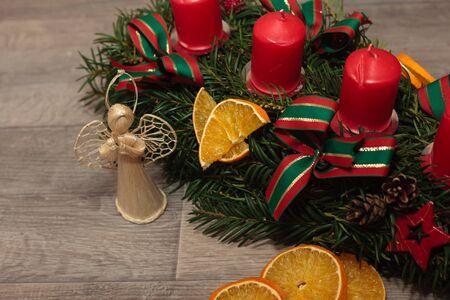 coronas de navidad: La producción artesanal de guirnaldas de Navidad utilizando la pistola de soldadura (DOF bajo).