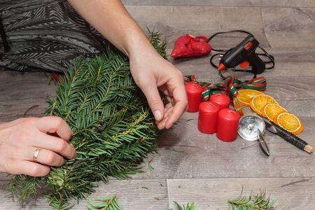 guirnaldas navideñas: La producción artesanal de guirnaldas de Navidad utilizando la pistola de soldadura (DOF bajo).
