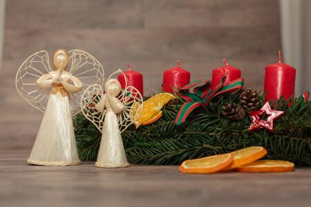 coronas navidenas: La producci�n artesanal de guirnaldas de Navidad utilizando la pistola de soldadura (DOF bajo).