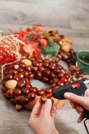 guirnaldas de navidad: La producción artesanal de guirnaldas de Navidad utilizando la pistola de soldadura (DOF bajo).