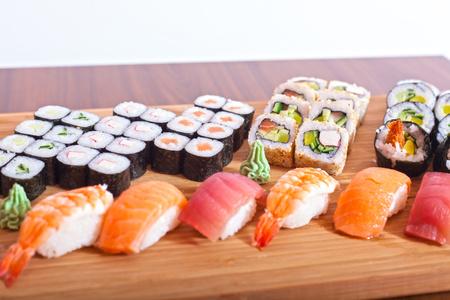 Echte Japanse sushi (kleur getinte afbeelding, ondiep DOF). Stockfoto