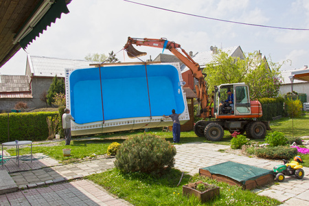 Transfer of the swimming pool to the garden of the family house. Reklamní fotografie