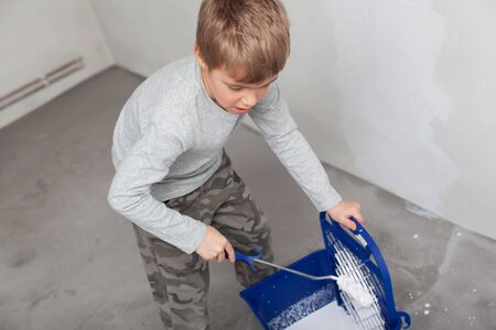 Little boy while painting the walls in the room. Archivio Fotografico - 146462668