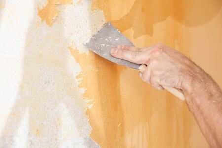 Scraping old plaster and applying new. Reconstruction of a new house. Archivio Fotografico - 146462683