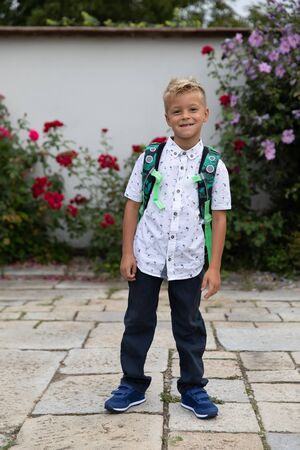 The little boy goes to school for the first time. Starting school. First grade of elementary school. Archivio Fotografico - 146462684