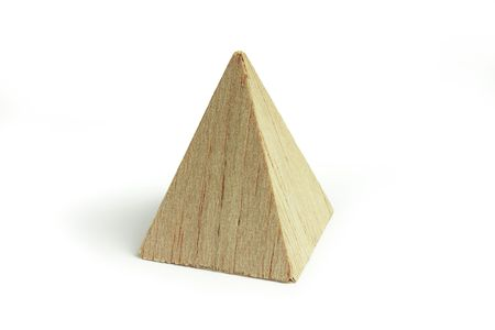 juguetes de madera: Pir�mide de madera de balsa, sobre el fondo blanco Foto de archivo