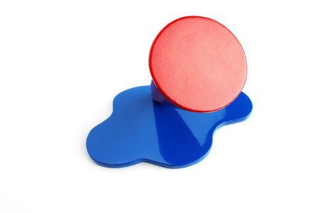 balsa: Balsa hout kegelhoek verf rood en blauw, op de witte achtergrond Stockfoto