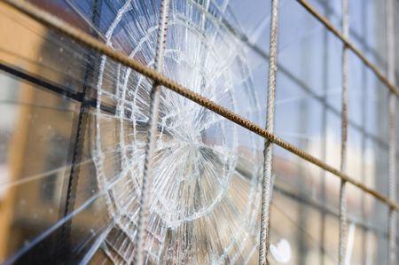 ventana rota: roto la ventana de seguridad con barras de acero  Foto de archivo
