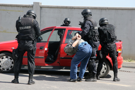 Une escouade de police attrape des terroristes avec une voiture pendant un exercice dans la ville de Sofia, Bulgarie - sep, 11,2007. Scène de crime. Les criminels.