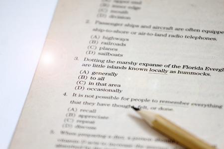 PRUEBA. Prueba de inglés elige la respuesta correcta. Hoja de prueba de gramática inglesa. Prueba de opción múltiple. Examen para estudiantes de escuela, colegio y universidad. Concepto de educación de Estados Unidos o inglés. ejercitador en inglés y hoja de respuestas Foto de archivo