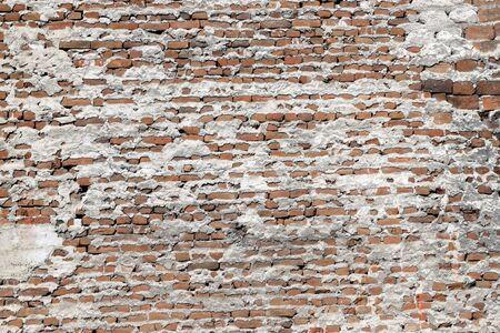 Alte Backsteinmauer mit Zementhintergrund. Ziegelmuster. Standard-Bild