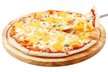 Pizza aux quatre fromages, fromage mozzarella Dorblu, fromage cheddar, fromage parmesan, fond blanc isolé Banque d'images