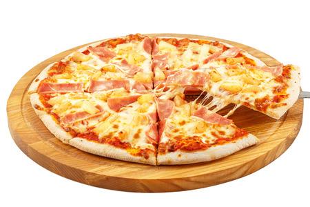 ピザ ハワイ、モッツァレラチーズ、ハム、パイナップルは、白い背景で隔離