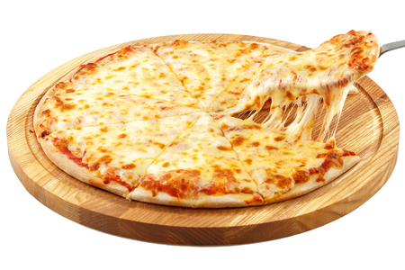 Pizza Margherita, mozarella op witte achtergrond wordt geïsoleerd die