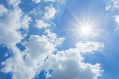 sol radiante: El sol brilla durante el día en verano. El cielo azul y las nubes.