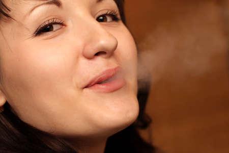 fille fumeuse: Le portrait de la fille de fumer, d'int�rieur Banque d'images