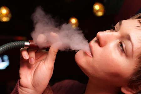 bloke: Il fumo donna una shisha in una casa narghil� Archivio Fotografico