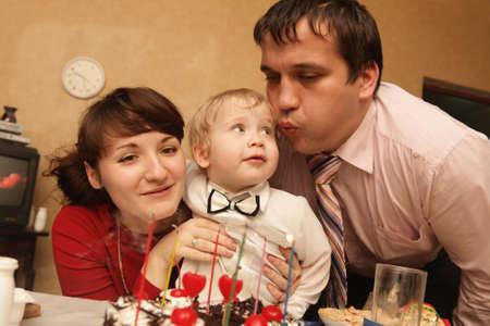 blow out: Famiglia spegnere le candele su una torta di compleanno