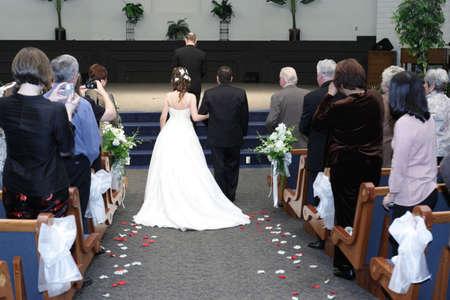 familia en la iglesia: Ceremonia de boda en una iglesia protestante, California