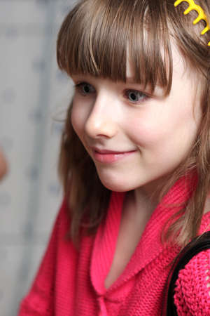 one teenage girl only: La ni�a feliz en chaqueta roja en casa Foto de archivo
