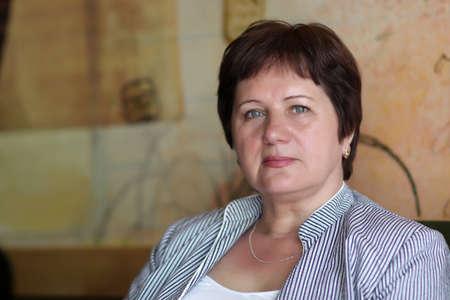 sch�ne frauen: Portr�t von mature Woman in a cafe Lizenzfreie Bilder