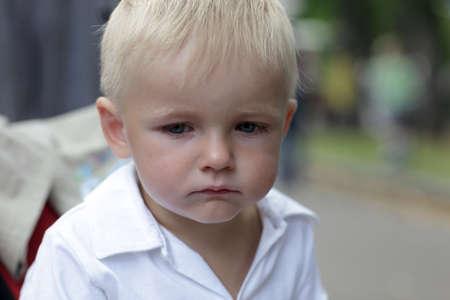 ni�os tristes: Retrato de ni�o triste en el verano