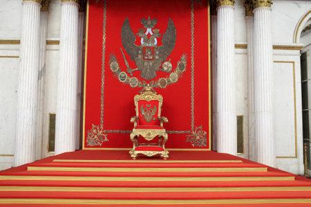 palacio ruso: El gran trono imperial en el Palacio de Invierno, San Petersburgo, Rusia Editorial