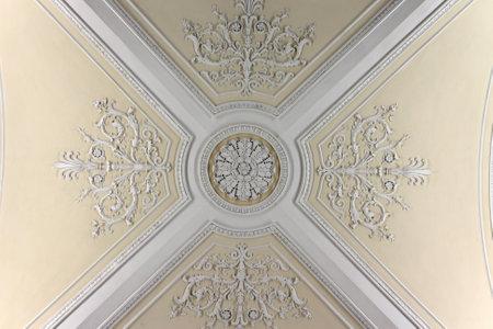 palacio ruso: Techo de la Sala de Augusto en el Palacio de Invierno, San Petersburgo
