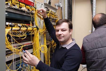 fibra �ptica: El t�cnico felices posando en sala de servidores