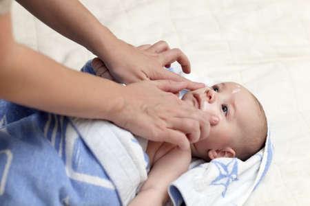 baby gesicht: Es ist Pflege von Babys Gesicht nach dem Bad zu Hause