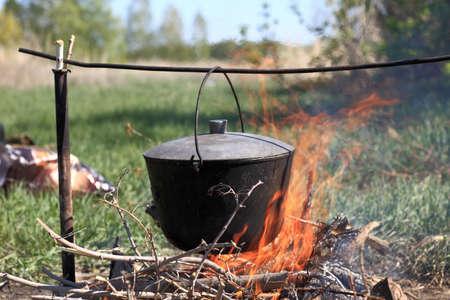 The cauldron hanging above bonfire on picnic Stockfoto